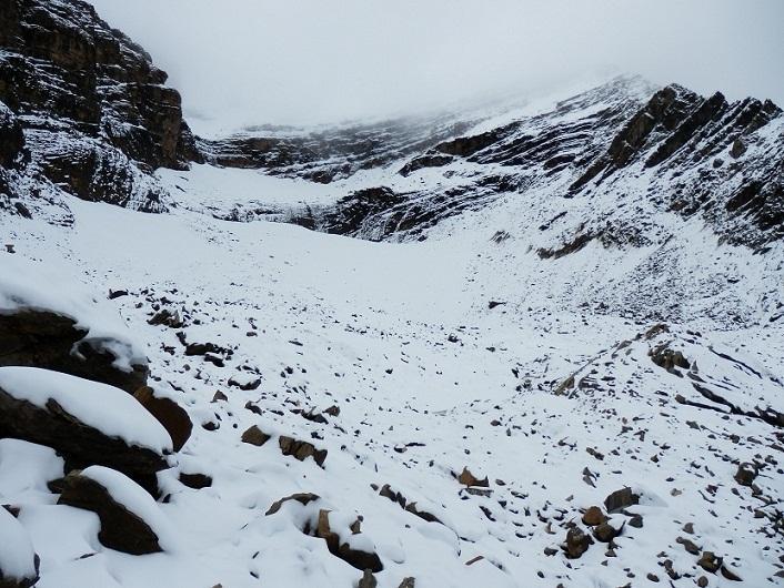 Las últimas tormentas han dejado caer algunos copos en el Pirineo y han vestido de blanco las cimas de las montañas más altas.