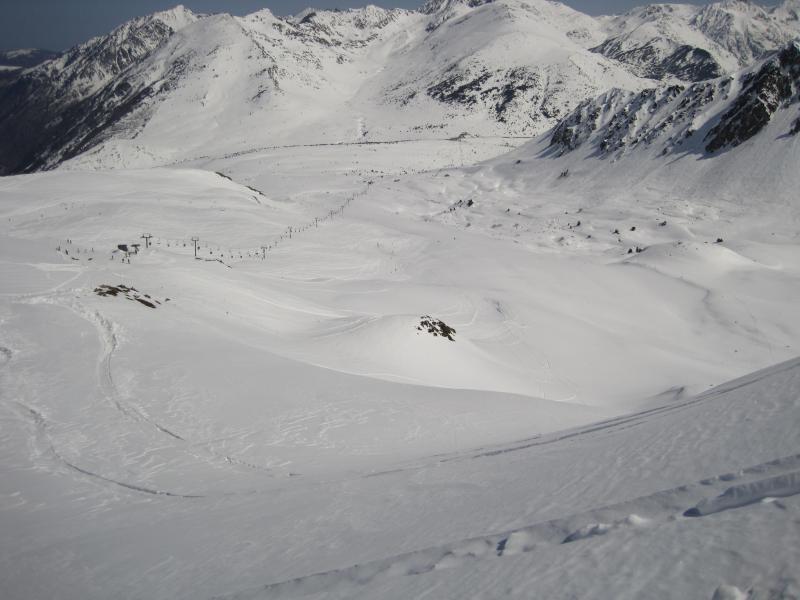 Debido a la excepcional cantidad de nieve que cubre todo el pirineo, la estació de Porté Puymorens han decidido abrir sus instalaciones el primer fin de semana de Junio.