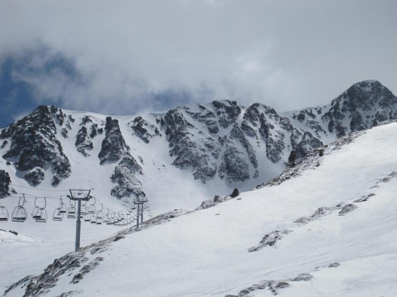 Las magníficas condiciones de nieve de esta primavera 2013 nos animaron a acercarnos de nuevo a la montaña. Decidimos ir al norte de Andorra, buscando un poco de altura y orientación norte.