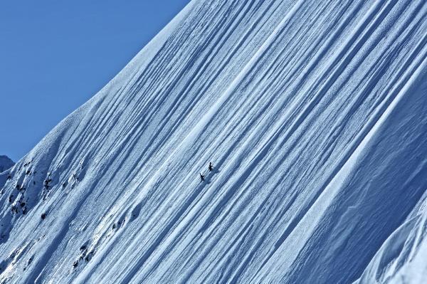 HIGHER es la nueva película de Jeremy Jones grabada por Teton Gravity,  nos muestra la impresionante evolución del rider desde sus inicios hasta las más altas montañas del Himalaya.